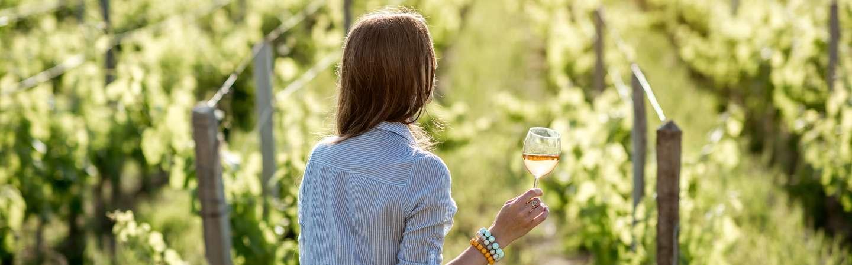 Reiseart Genussreise Frau mit Wein